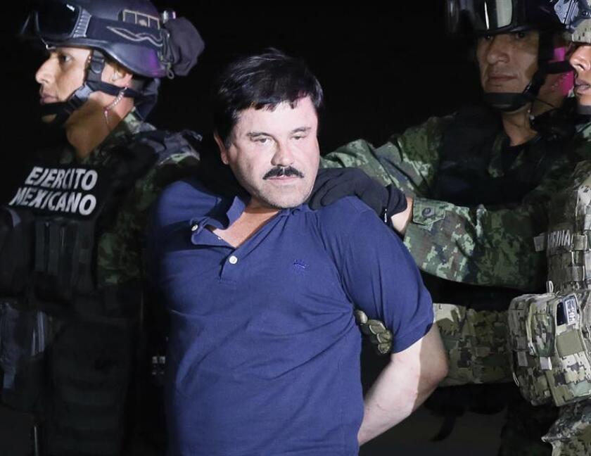 """El narcotraficante Joaquín """"El Chapo"""" Guzmán (c) es conducido a un helicóptero de la Marina Armada de México, en la capital mexicana tras su recaptura en la ciudad de Los Mochis, Sinaloa (México). EFE/Archivo"""