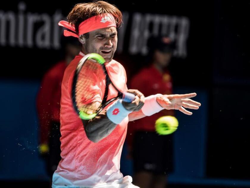 El tenista español David Ferrer devuelve la bola al alemán Alexander Zverev durante su partido. EFE