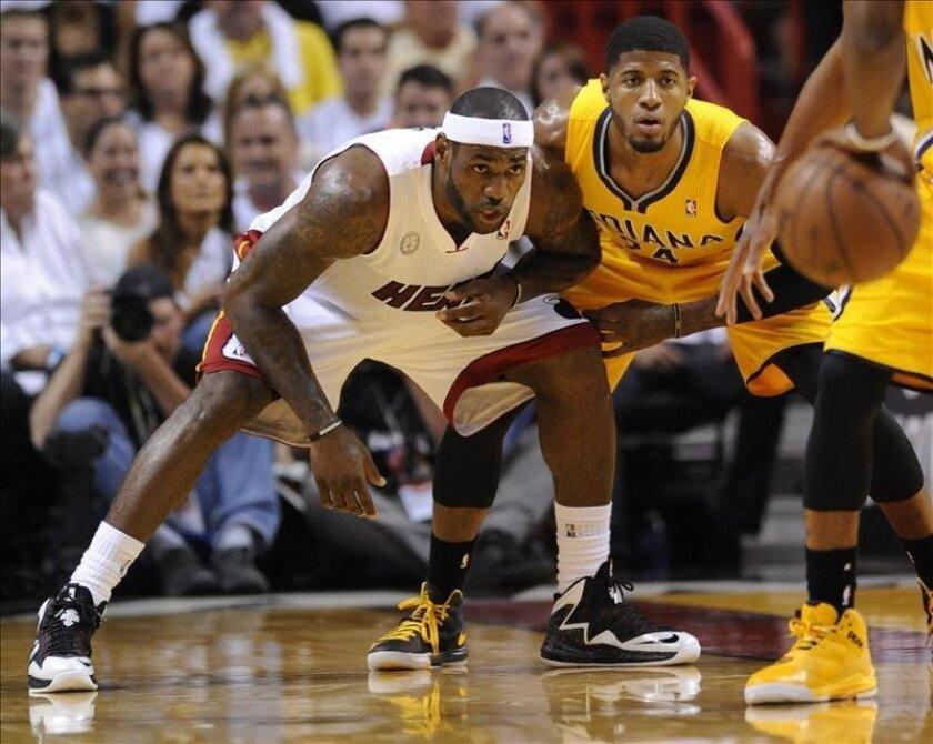 En la imagen, LeBron James (i) de los Heat. EFE/Archivo