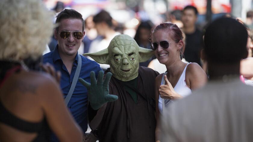 """El Concejo de Los Ángeles votó para comenzar a redactar nuevas reglas que requerirían que la gente consiga pases diarios para actuar, pedir dinero, tocar música amplificada o participar en otra """"actividad expresiva"""" a lo largo de un tramo lleno de gente en Hollywood Boulevard, entre Orange Drive y Highland Avenue."""