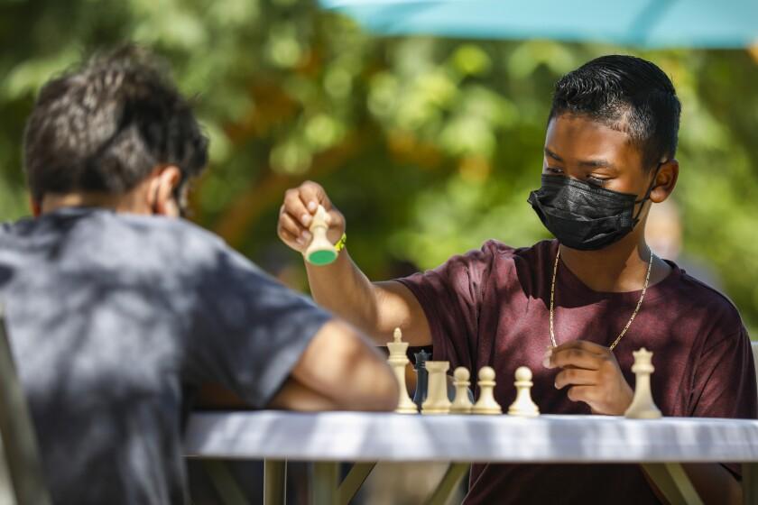 Jordan Smith, de 10 años, a la derecha, compite contra Garrett Loffler, de 11