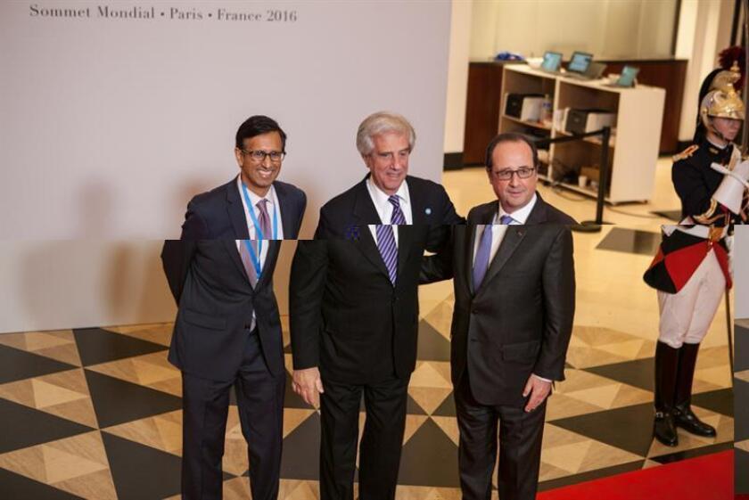 El presidente de Uruguay, Tabaré Vázquez (c), es recibido por el presidente de Francia, Francois Hollande (d), en una reunión de la cumbre de la Alianza por un Gobierno Abierto ayer miércoles 7 de diciembre de 2016, en París (Francia). EFE/Open Government Partnership