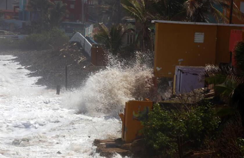 Fuertes olas azotan al histórico asentamiento La Perla en el Viejo San Juan, Puerto Rico. EFE/Archivo