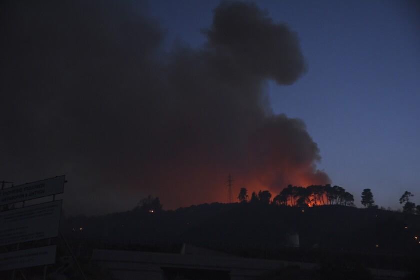 Una nube de humo se eleva en un incendio forestal cerca del poblado de Lampiri, al oeste de Patras, Grecia, el sábado 31 de julio de 2021. (AP Foto/Andreas Alexopoulos)