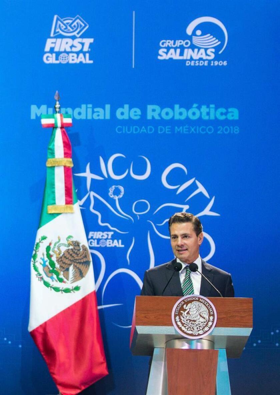 Fotografía cedida por la casa presidencial, muestra al presidente de México Enrique Peña Nieto durante la inauguración del Mundial de Robótica FIRST Global Challenge 2018 hoy, jueves 16 de agosto de 2018, en Ciudad de México (México). EFE/Presidencia de México/SOLO USO EDITORIAL
