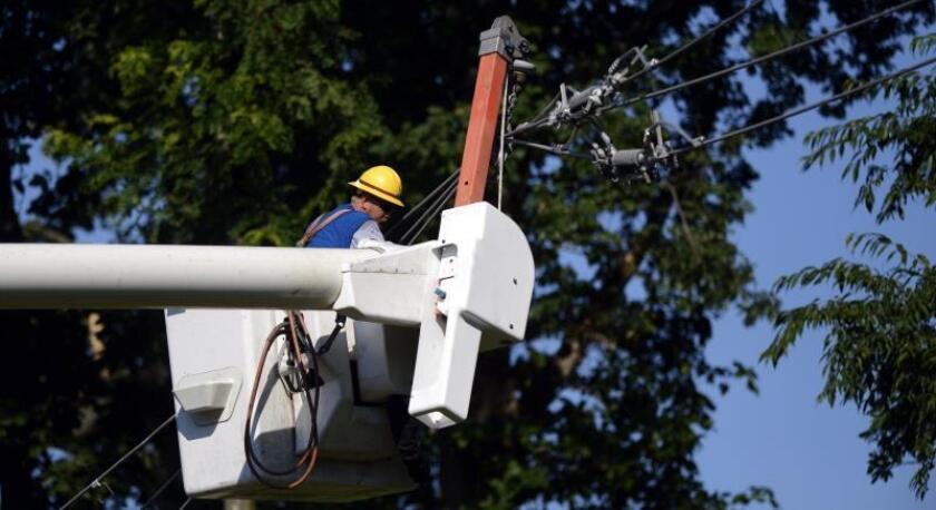 Un obrero trabaja restaurando los cables de electricidad en Springfield, Virginia, EE.UU., el lunes 2 de julio de 2012. EFE/Shawn Thew/Archivo