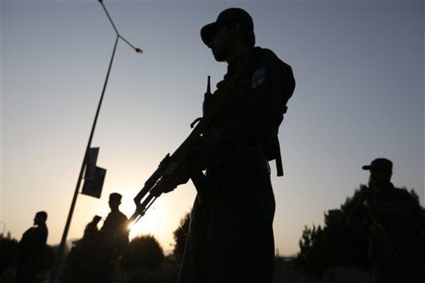 Miembros de las fuerzas de seguridad afganas hacen guardia tras un ataque a la Universidad Americana en Afganistán en Kabul, Afganistán, el 25 de agosto de 2016. El ataque causó 10 muertos.