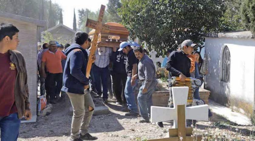 Personas asisten al funeral de una persona que murió cuando explotó un oleoducto en el pueblo de Tlahuelilpan, México.