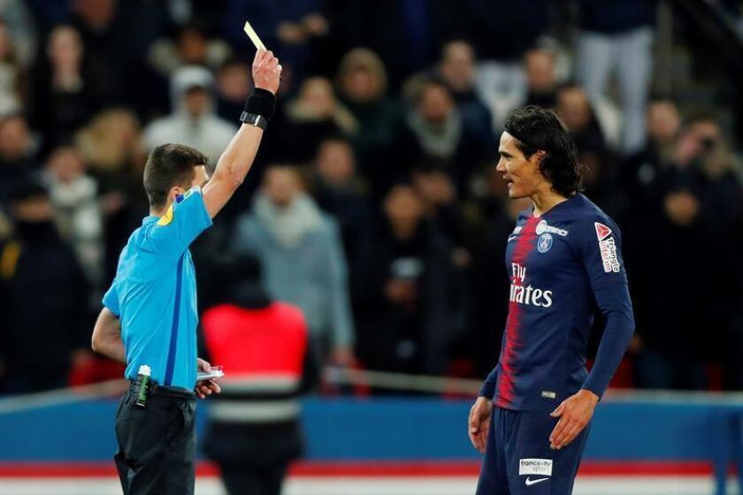 El árbitro Benoit Bastien muestra una tarjeta a Edinson Cavani del PSG durante el partido por los cuartos de final de liga francesa entre París Saint-Germain y Guingamp en el estadio Parc des Princes, en París (Francia). EFE