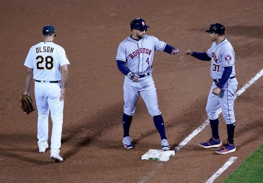 En la imagen, el puertorriqueño Alex Cintrón (d) de los Astros de Houston. EFE/Archivo