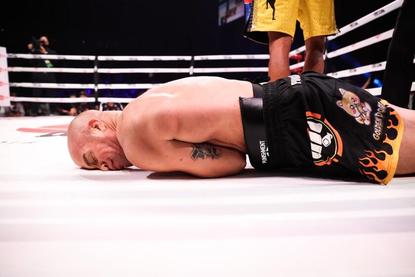 Tito Ortiz queda aniquilado en el suelo tras recibir un fuerte golpe de Anderson Silva.