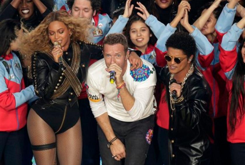 En esta foto del 7 de febrero del 2016, Beyonce, el cantante de Coldplay Chris Martin y Bruno Mars.