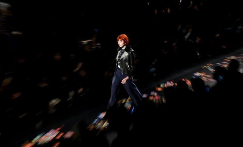 La firma española Desigual presentó hoy su colección otoño/invierno de este año en la Semana de la Moda de Nueva York, en la que una vez más quiso rendir homenaje a la mujer extraordinaria, esta vez inspirándose en las subculturas de los años 60, 70 y 80. EFE