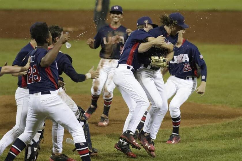 Jugadores de Estados Unidos fueron registrados este domingo al celebrar su victoria 7-1 sobre Panampa, en la final del Mundial de Béisbol Sub'15, en el estadio Kenny Serracín de la ciudad de David (Panamá). EFE