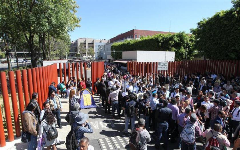 Vista general del bloqueo de maestros este martes, en los accesos de la Cámara de Diputados, que volvió a suspender las comisiones que debían discutir el dictamen de la reforma educativa en Ciudad de México (México). EFE