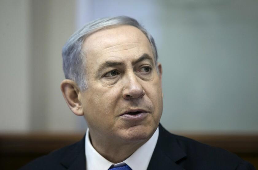 El primer ministro Benjamin Netanyahu durante un encuentro con su gabinete en Jerusalén, el 19 de julio de 2015. El fiscal general de Israel ha ordenado una investigación penal sobre el gasto excesivo de Netanyahu en residencias, se informó el 21 de julio de 2015. (Baz Ratner/Pool Photo via AP, File)