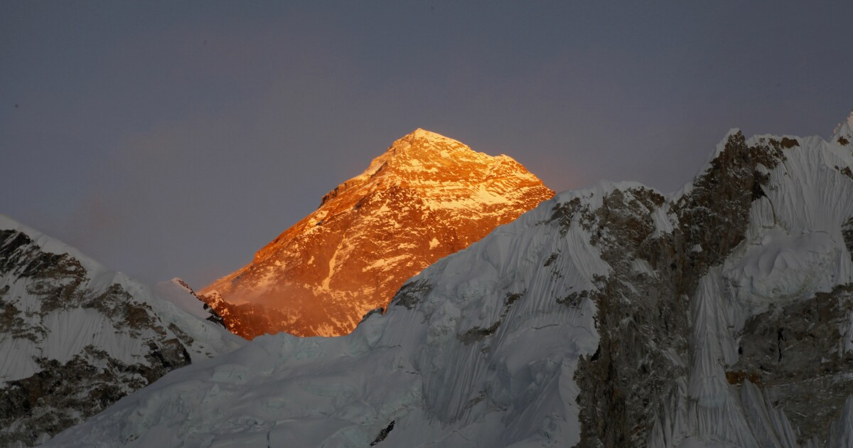American and Swiss climbers die on Mt. Everest in year's first casualties