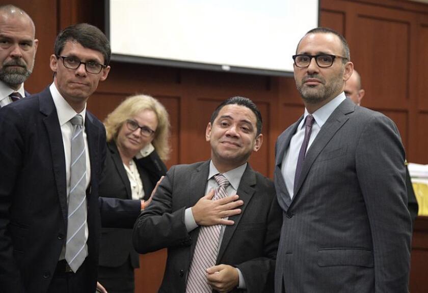 Fotografía cedida por la organización Innocence Project donde aparece el hondureño Clemente Javier Aguirre (2d) junto a sus abogados Dylan Black (i), Lindsey Boney (2i), Marie-Louise Parmer (c) y Joshua Dubin (d), después de su exoneración por un tribunal hoy, lunes 5 de noviembre de 2018, en Sanford, Florida (EE.UU.). EFE/Phelan Ebanhack/Innocence Project/SOLO USO EDITORIAL/NO VENTAS/ CRÉDITO OBLIGATORIO