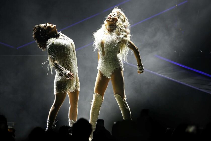 Las cantantes mexicanas Gloria Trevi, derecha, y Alejandra Guzmán durante su concierto en la Arena Ciudad de Mexico en la Ciudad de México en una fotografía del jueves 22 de junio de 2017.
