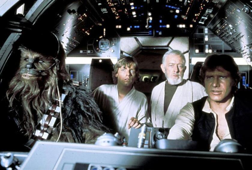 De izda, a dcha.: Peter Mayhew (II) como Chewbacca, Mark Hamill como Luke Skywalker, Alec Guinness como Ben (Obi-Wan) Kenobi y Harrison Ford como Han Solo a bordo del Halcón Milenario en una de las secuencias de la película Star Wars. EFE/Archivo