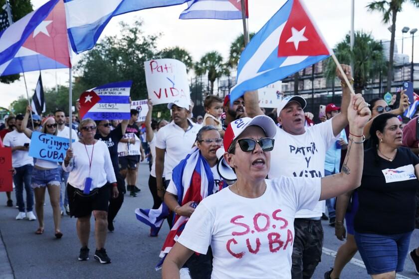 Manifestantes llevan banderas cubanas y gritan lemas de solidaridad con el pueblo cubano