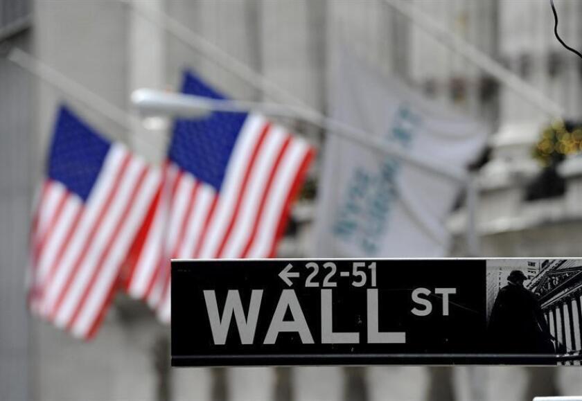 Imagen de un cartel de Wall Street a la entrada de la bolsa de Nueva York, EE.UU. EFE/Archivo