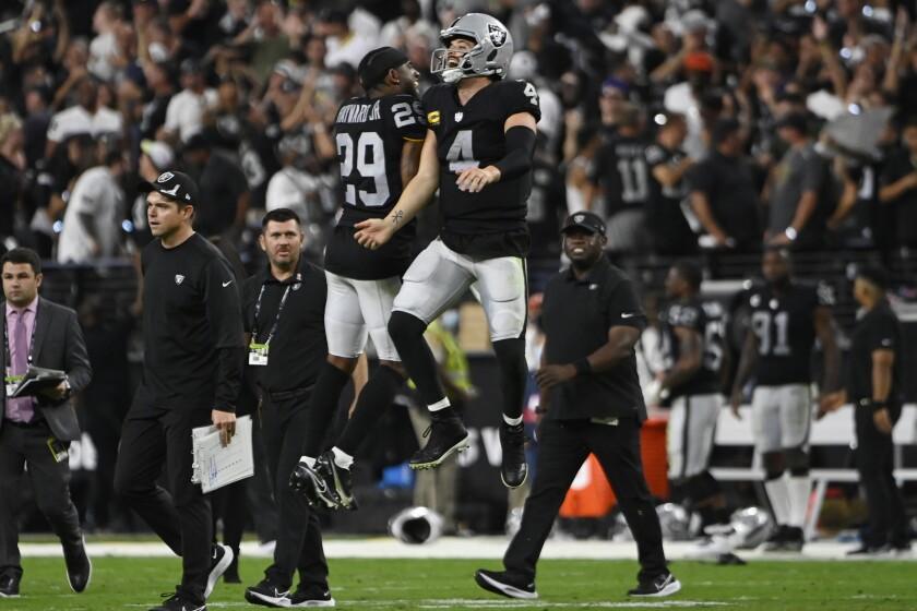 En foto del 13 de septiembre del 2021 el cornerback de los Raiders de Oakland Casey Hayward y el quarterback Derek Carr celebran tras el triunfo ante los Ravens de Baltimore. (AP Foto/David Becker)