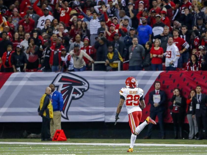 El jugador de los Chiefs de Kansas City Eric Berry realiza una interceptación durante el juego de la NFL de su equipo ante los Falcons de Atlanta, disputado en el Georgia Dome de Atlanta, Georgia (EE.UU.), este 4 de diciembre de 2016. EFE