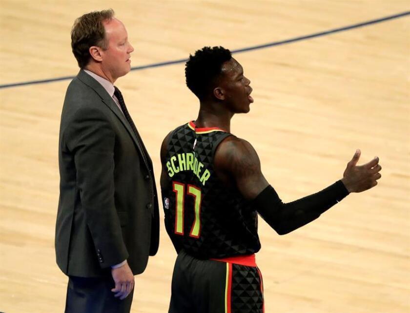 En la imagen, el jugador Dennis Schroder (d) de los Hawks de Atlanta, junto a su técnico, Mike Budenholzer (i). EFE/Archivo