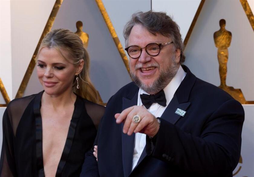 El director mexicano Guillermo Del Toro posa a su llegada hoy, domingo 4 de marzo de 2018, a la ceremonia de la 90 edición de los premios Óscar, en el Teatro Dolby, en Hollywood, California (Estados Unidos). EFE