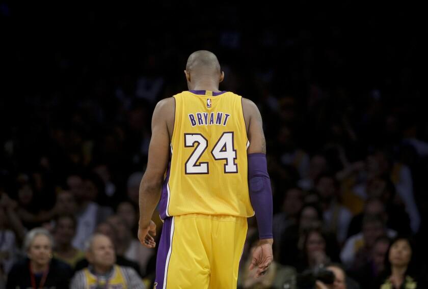 En esta foto de archivo del 13 de abril de 2016, Kobe Bryant, de los Lakers de Los Ángeles,