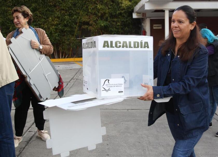 Miembros de las mesas colocan las urnas para la jornada electoral de hoy, domingo 1 de junio de 2018, en Ciudad de México (México). EFE