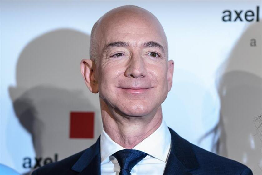 El fundador y director ejecutivo de Amazon, Jeff Bezos, posa para los medios durante la entrega del Premio Axel Springer 2018, en Berlin, Alemania, el 24 de abril del 2018. EFE/Archivo