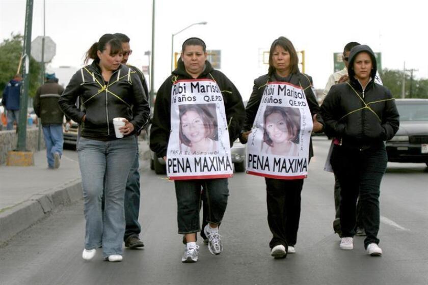 Fotografía de archivo sin fechar que muestra a varias activistas, entre ellas Marisela Escobedo (tercera de izquierda a derecha) que durante años había realizado diversas manifestaciones para exigir el esclarecimiento de la desaparición de su hija Rubí Marisol, y quien fue asesinada el 16 de diciembre frente a Palacio de Gobierno de la ciudad de Chihuahua. EFE/Archivo