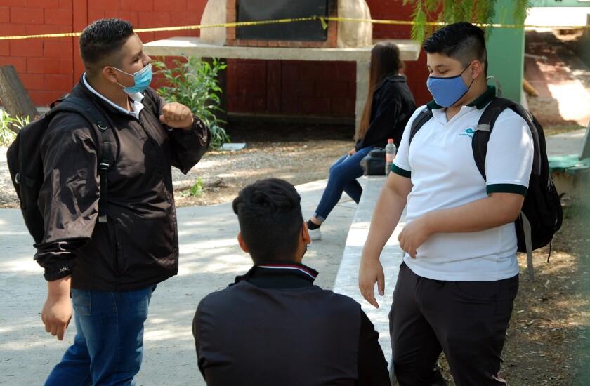 Estudiantes del Plantel Conalep Tijuana II en su primer día de regreso a clases presenciales