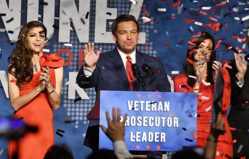 El gobernador republicano electo, Ron DeSantis, junto a su esposa, Casey (i), y la vice-gobernadora electa, Jeannete Nuñez (d), saludan a sus simpatizantes al ser anunciado como nuevo gobernador del estado de la Florida. EFE/Archivo