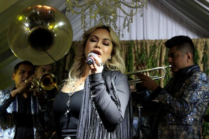 La cantante mexicoamericana Chiquis Rivera en medio del acto musical ofrecido en un rancho caliiforniano para celebrar el lanzamiento de su nuevo disco.