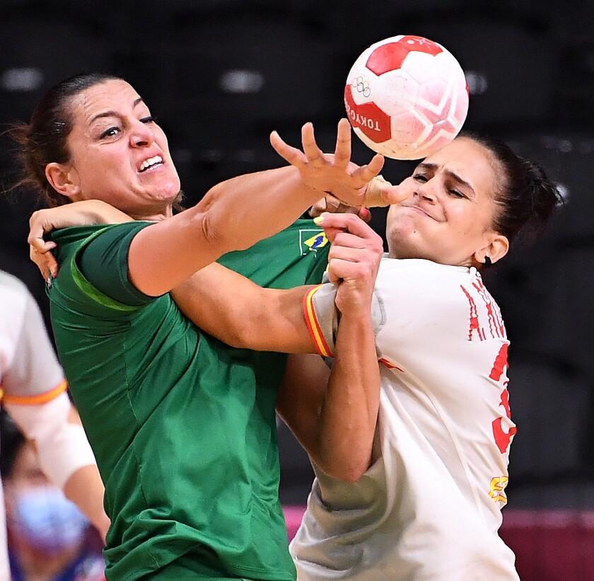 Španska igralka Alicia Fernandez skuša preprečiti strel Brazilca Eduarda Amorima.