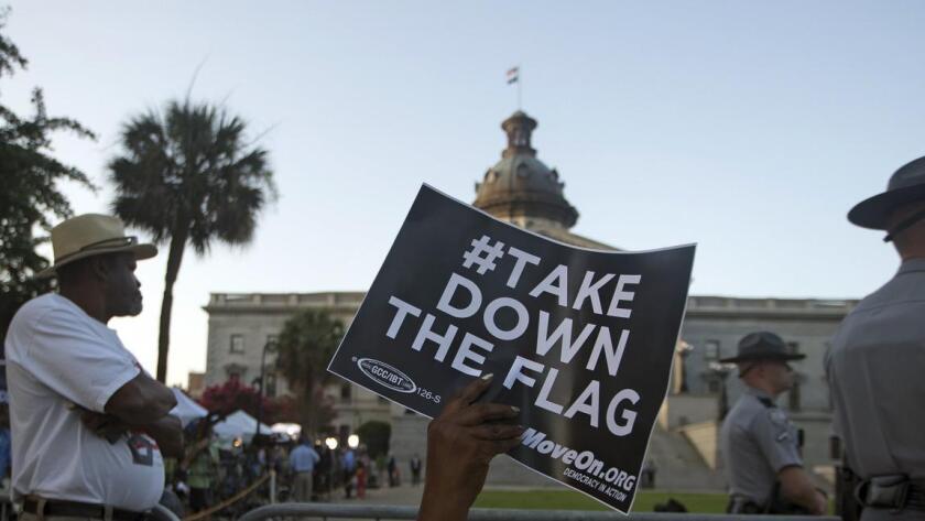 Hace apenas un mes, el retiro de la bandera lucía impensable, pero la matanza de nueve miembros de una congregación en una iglesia negra de Charleston, ocurrida el 17 de junio provocó este momento histórico.