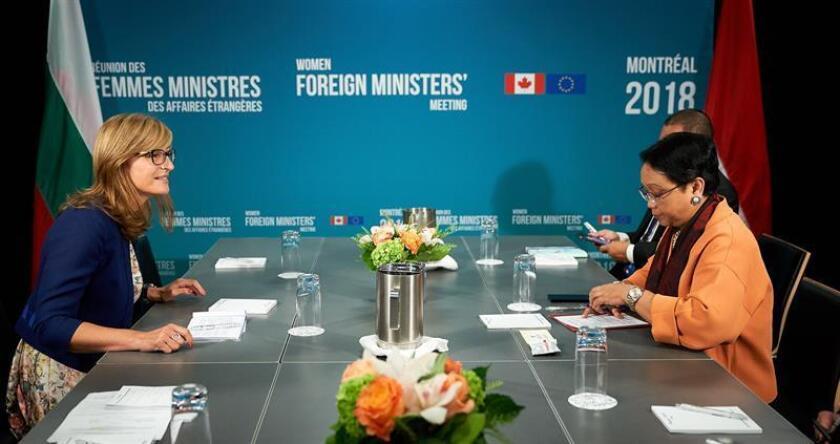 La ministra de Asuntos Exteriores de Bulgaria, Ekaterina Zakharieva (i), conversa con su homóloga de Indonesia, Retno Lestari Priansari Marsudi (d), durante su reunión bilateral en el marco de la Reunión de Mujeres Ministras de Asuntos Exteriores que se celebra en Montreal, Canadá, hoy, 21 de septiembre de 2018. EFE