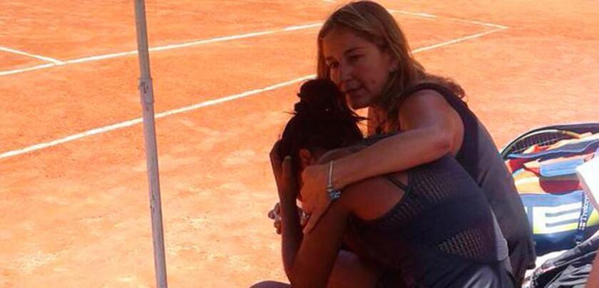 La tenista chilena Daniela Seguel (i) tras recibir la noticia de la muerte de su padre.