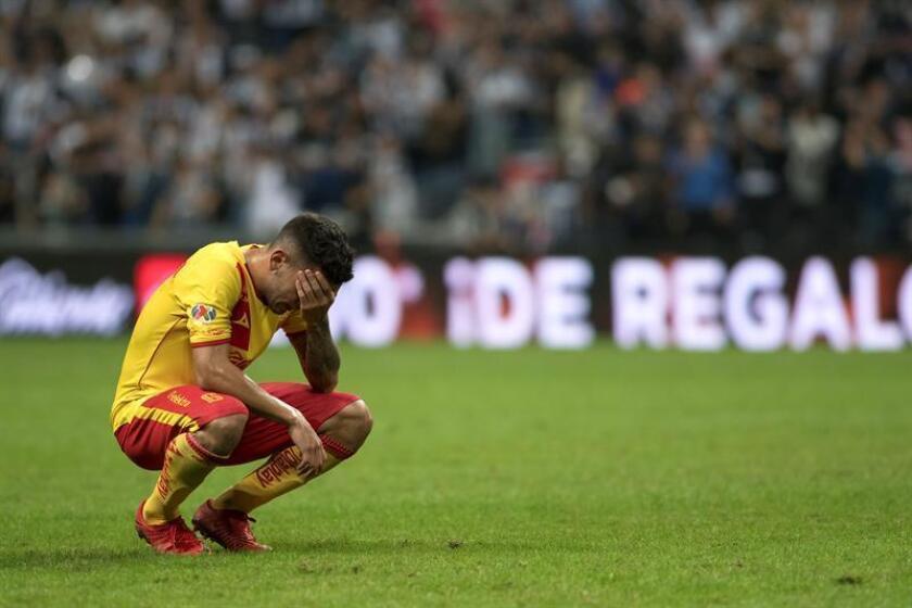 El jugador Sebastián Vegas de Monarcas Morelia se lamenta tras perder ante el equipo de Rayados de Monterrey, durante el partido de vuelta correspondiente a la semifinal del Torneo Apertura 2017 celebrado en el estadio BBVA de la ciudad de Monterrey (México). EFE/Archivo