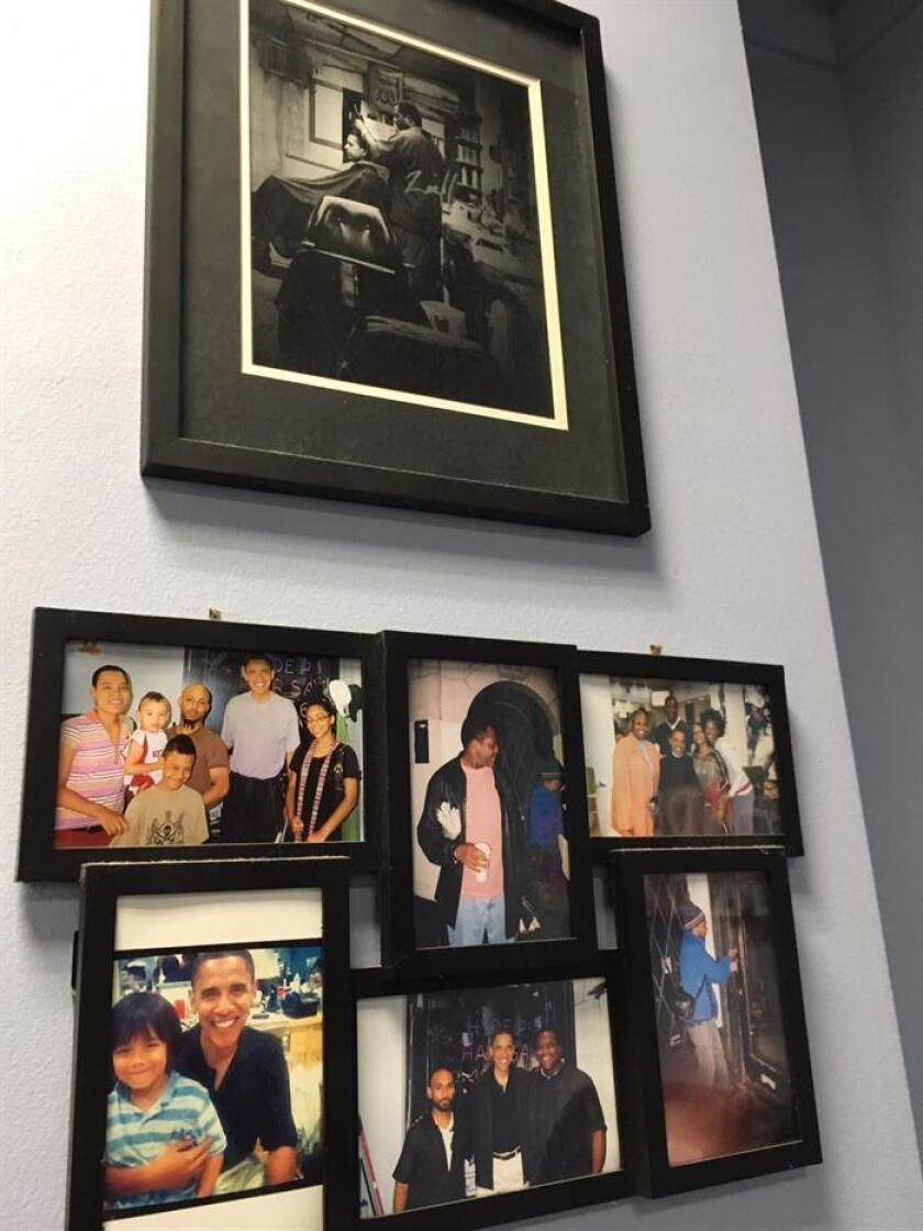 """Vista de un grupo de fotografías del presidente de Estados Unidos Barack Obama hoy, martes 10 de enero de 2017, colgadas en la barbería que frecuentaba en Chicago, Illinois (Estados Unidos). El presidente de EE.UU., Barack Obama, vuelve hoy a Chicago para pronunciar su discurso de despedida, aunque nunca se fue completamente de esta ciudad, donde """"todo empezó"""", según sus palabras, y en cuyo barrio, Hyde Park, se le recuerda casi en cada esquina. EFE"""