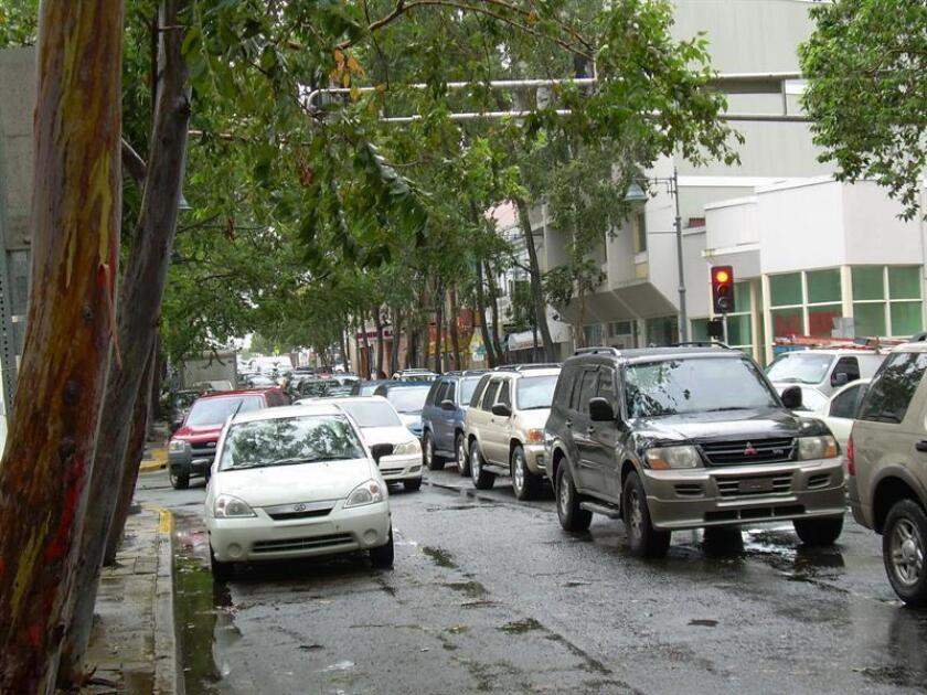 Vista del tráfico en una calle de San Juan (Puerto Rico), el lunes 30 de agosto de 2010. EFE/Archivo