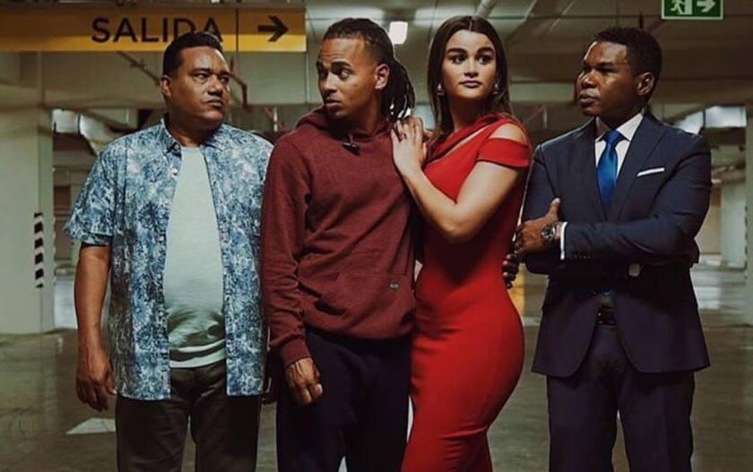 El reggaetonero Ozuna (al medio) viene arrasando en la taquilla de salas de El Caribe con una comedia en la que funge de protagonista.