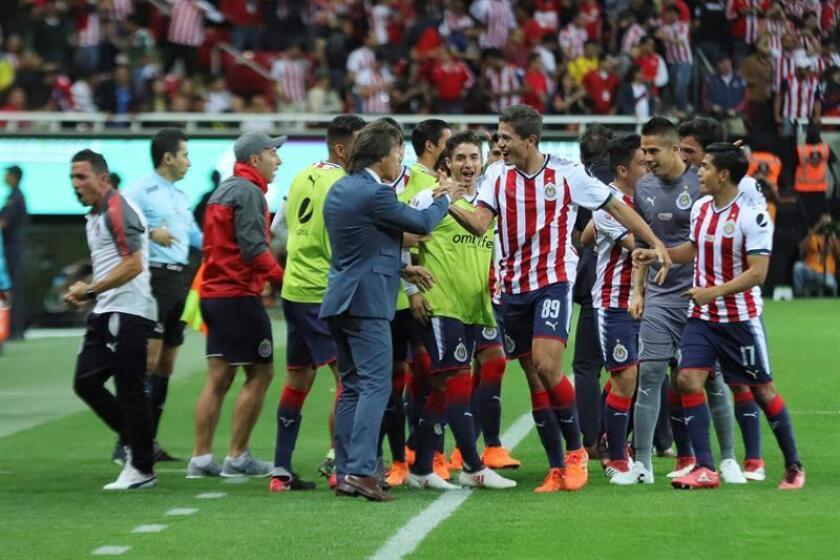 El jugador de Chivas José Godínez (c-d) celebra la anotación de un gol junto al técnico Matías Almeyda hoy, sábado 3 de marzo de 2018, durante le juego correspondiente a la jornada 10 del torneo mexicano de fútbol celebrado en el estado Akron en la ciudad de Guadalajara (México). EFE