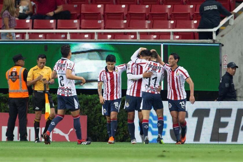 Jugadores de Chivas festejan una anotación ante Necaxa durante un partido correspondiente a la sexta jornada del Torneo Apertura del fútbol mexicano, en el estadio Arkon, en Guadalajara (México). EFE