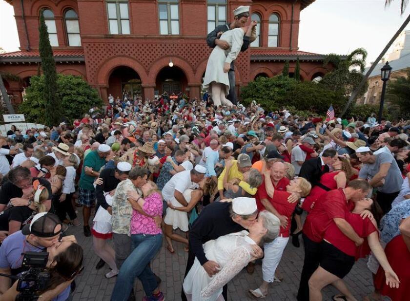 Más de 250 parejas, una de ellas una escultura de tamaño gigante, imitaron en Cayo Hueso (Florida) el famoso beso del marinero y la enfermera que fueron fotografiados en Times Square de Nueva York el día que finalizó la Segunda Guerra Mundial. EFE/Rob O'neal/Cortesía Oficina de Noticias Florida Keys/SOLO USO EDITORIAL/NO VENTAS