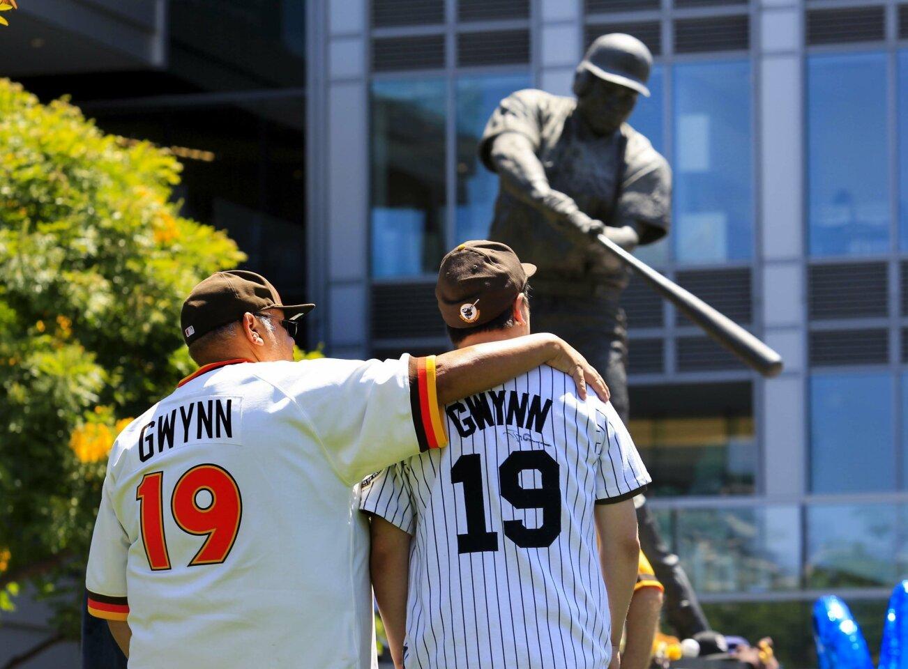 Fans mourn Tony Gwynn