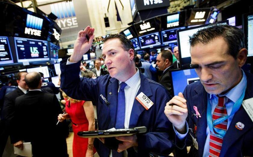 """Wall Street cerró hoy con pérdidas y el Dow Jones de Industriales, su principal indicador, cedió un 0,30 % a la espera de la toma de posesión del presidente electo, Donald Trump, y tras un discurso sobre el """"brexit"""" en el Reino Unido. EFE/ARCHIVO"""